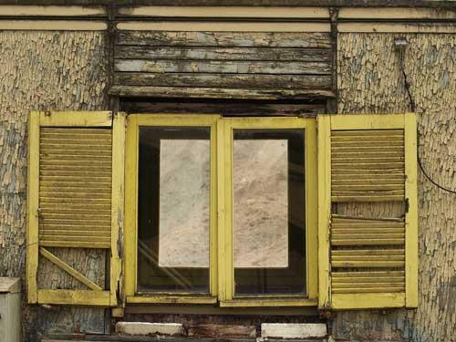 Facade d'une maison délabrée